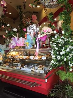 Overdådig påskeynting i butikkene - her fra et konditori! Desverre feiret grekerne påsken en uke etter oss, så vi fikk ikke med oss selve feiringen